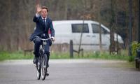 Premierul Olandei mergand la serviciu.
