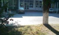 Megan-ul primarului, parcat la Primarie, isi asteapta stapanul.