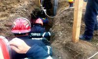 Un muncitor este prins la trei metri sub pamant.