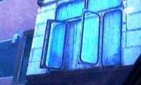 Balcon inchis cu geamuri de autobuz.