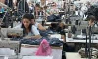 Muncitoarele din confectii au salarii mici.