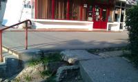 In zona numita La scari lipseste o placa de beton. Primaria trebuia s-o inlocuiasca demult.