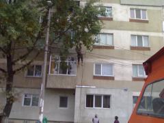 Un alpinist utilitar pe fatada bloculuiF30